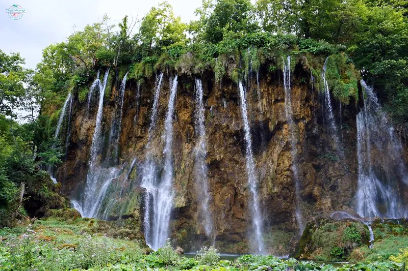 una delle bellissime cascate dei Laghi di Plitvice.