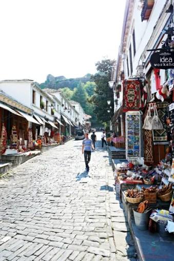 I negozietti di souvenir di Gjirokastër, una delle città da visitare in albania.