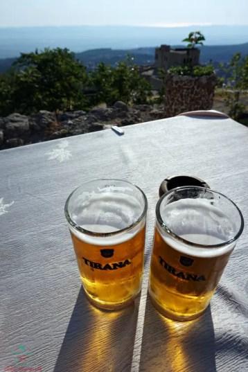 Bere birra tirana al castello di Krujë, una delle città da visitare in albania