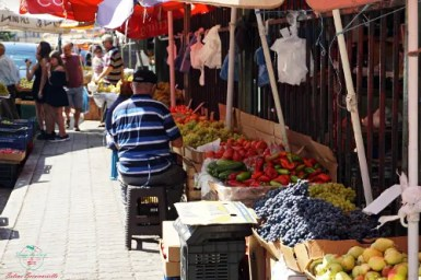 banchi esterni del Mercato della frutta vacanze a Durazzo, Albania.