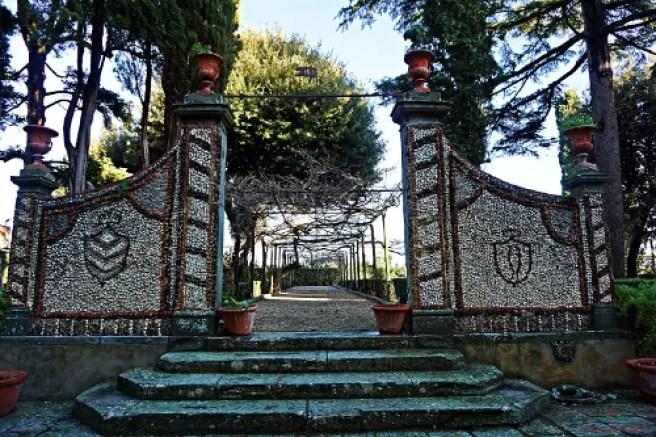 Visitare una villa medicea nei dintorni di firenze: la villa di cerreto guidi ha un bel giardino.