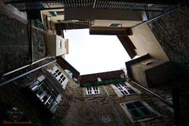 le facciate del borgo di Dolceacqua viste dal basso.