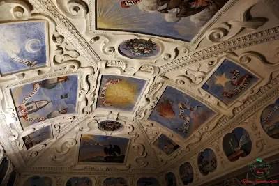 castello di masino motti valperga: gli affreschi sul soffitto con i motti della casata.