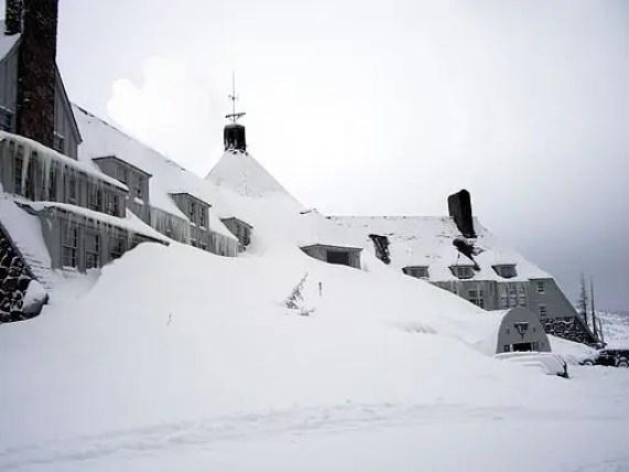 film da guardare in inverno da https://commons.wikimedia.org/wiki/File:Timberlinelodge_front_winter.jpeg