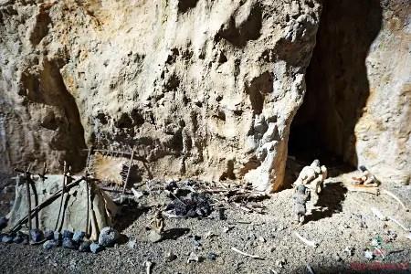 Ricostruzione di vita nel paleolitico, Museo Preistorico dei Balzi Rossi, Ventimiglia.