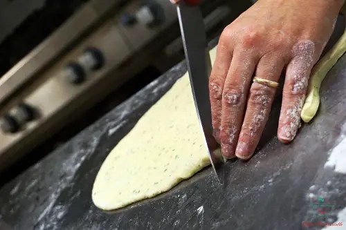La chef Antonella Coppola taglia al pasta fatta a mano.
