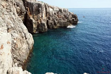 Organizzare un viaggio nei balcani significa perdersi tra le bellezze naturali di queste terre: il mare cristallino dell'isola di lokrum ne è un esempio.