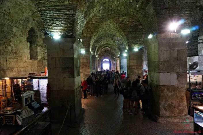 cosa vedere a spalato: I sotterranei del Palazzo di Diocleziano di Spalato adibiti a bazar.