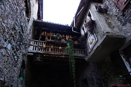 il borgo di canale di tenno e i suoi magnifici scorci.