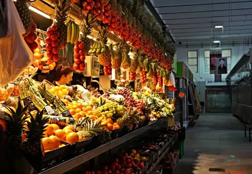 Banco della frutta al Mercat Del Lleò, Girona.
