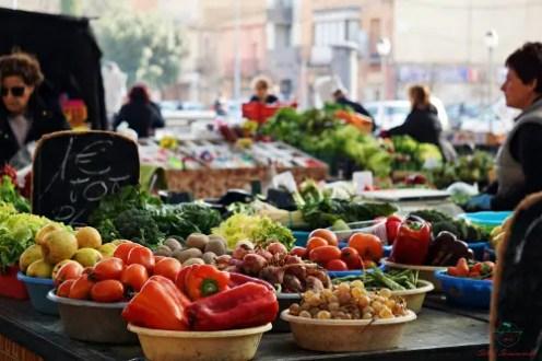 camminando tra i banchi del mercato di figueres si respira il profumo della frutta e della verdura.