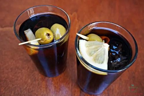 Cosa mangiare a girona: le taps bevendo un bicchiere di vermut.