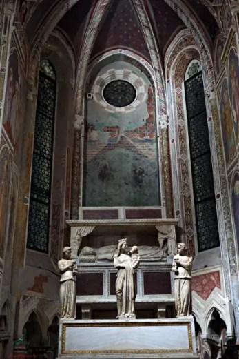 Cosa vedere a Padova: Statue di Giovanni Pisano sull'altare della Cappella degli Scrovegni.