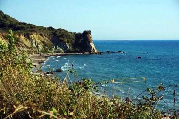 La spiaggia di Plazhi Portez a Durazzo è perfetta per rilassarsi durante le vacanze al mare in albania.