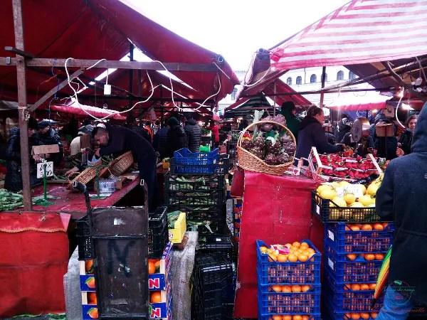 Banchi di frutta e verdura al mercato di Porta Palazzo.
