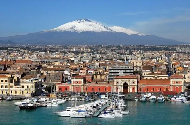 Veduta sull'Etna dal mare davanti Catania.