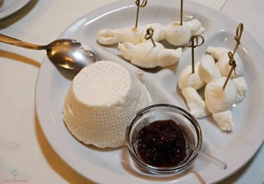 Cosa mangiare a Ruvo di Puglia? Un piatto di formaggi freschi.