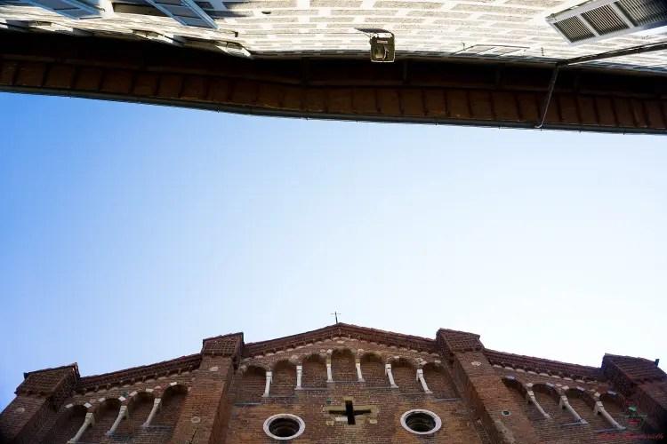 Facciata della Chiesa di San Teodoro e di Palazzo Sfondirini.