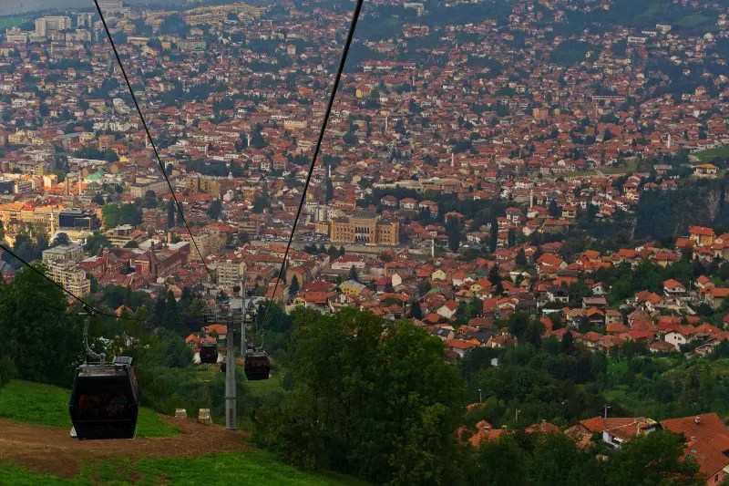 Salita al monte Trebević con la funivia che porta alla pista da bob di Sarajevo.