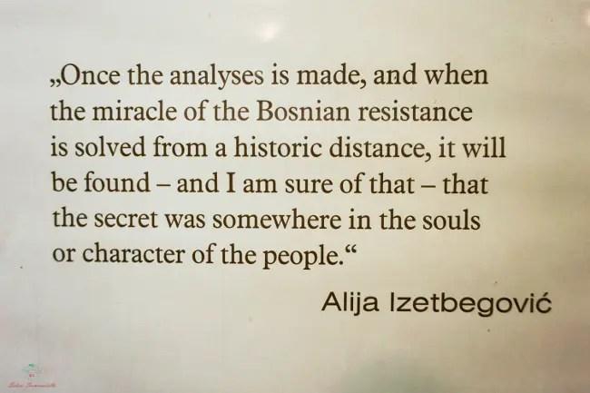 Frase di Izetbegović scritta al museo del tunnel dell'assedio di Sarajevo.
