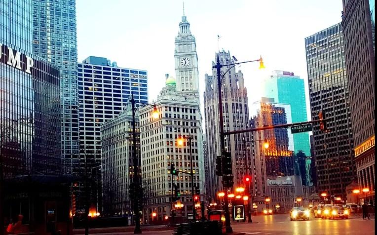 Grattacieli e riflessi di luci nella città di chicago.