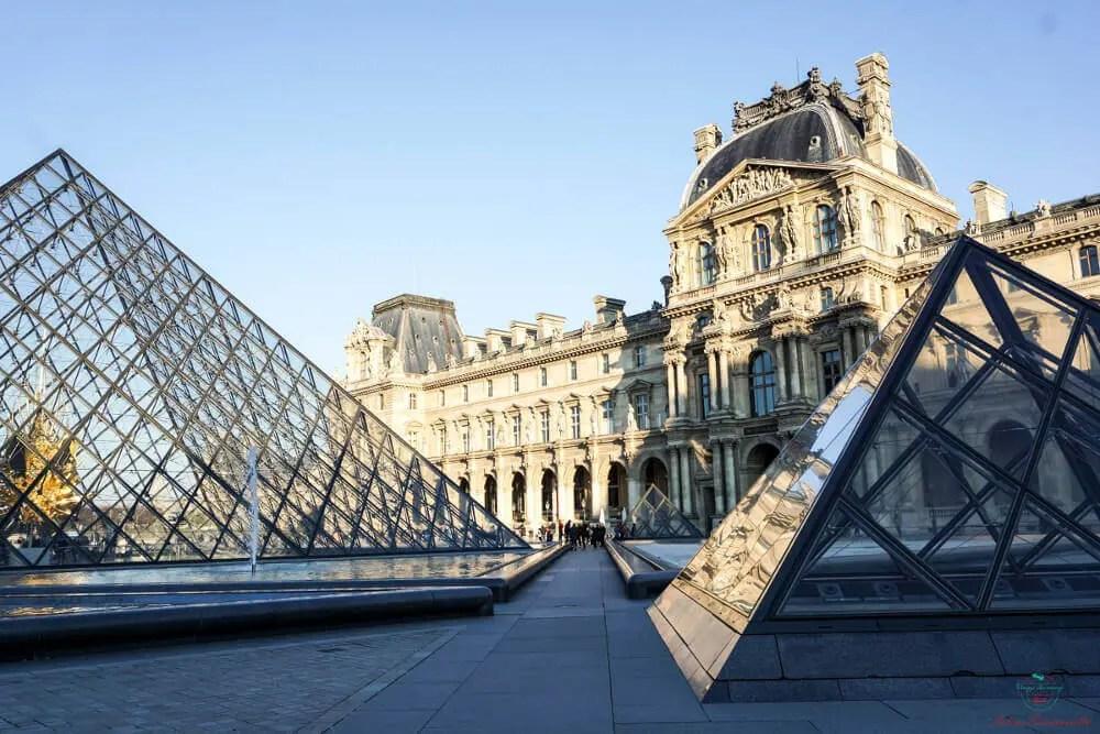Le piramidi davanti al Museo del Louvre a Parigi.