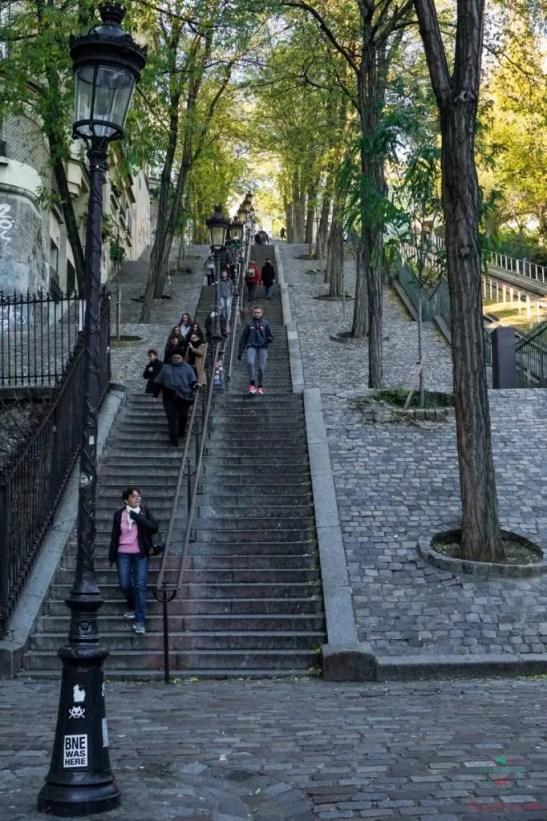 La scalinata sotto alla Basilica del Sacro Cuore a Montmartre.