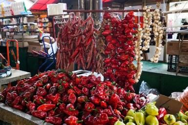 Peperoni sui banchi del mercato di Niš.