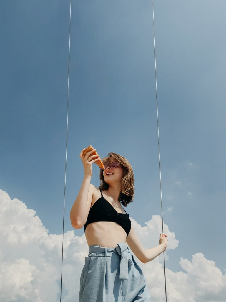 ragazza che mangia una pizza napoletana