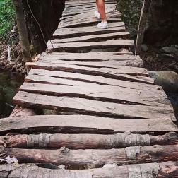 Un ponticello sgangherato mi divide dal sentiero che porta alla Cascata del Marmarico. Le assi traballano, il ponte sbanda, l'afa imperla la fronte. Lo attraverso e mi sento ancora più vicina al gioiello della Natura che sto per incontrare.
