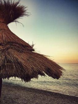 Il mio primo tramonto sul mare. Amici, amore, musica, un drink. I piedi nudi bagnati dall'acqua calda e placida del tardo pomeriggio. Assaporo ogni istante, è magia.