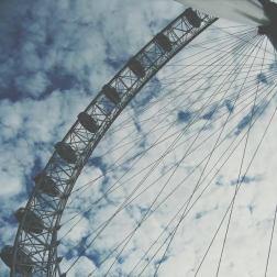 """Era il 2009 e con il naso all'insù guardavo il grande London Eye. Poco più che ventenne in uno dei miei primi viaggi, da 3 settimane non tornavo a casa e riguardare questa foto è un po' come osservare il """"principio"""" di tutto. Il principio del """"mal di viaggio""""."""