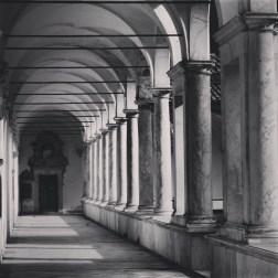 La Certosa di Calci è un luogo di pace. Qui, solo il silenzio. Percorro queste navate e penso al destino beffardo delle rette parallele: così vicine e non riescono nemmeno a sfiorarsi. Un po' come succede ad alcune persone.