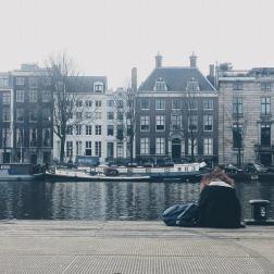 Amsterdam. La vedo da lontano. Mi sembra quasi di percepirli i pensieri di questa ragazza, mimetizzata nella nebbiolina olandese