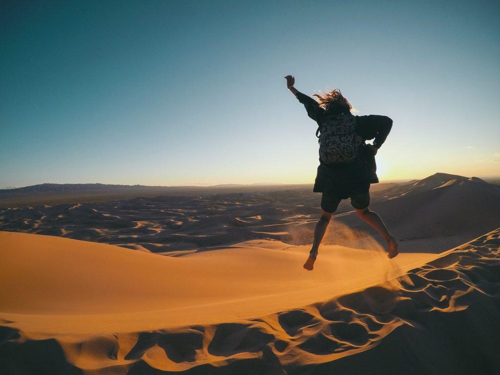 In cima a una duna nel deserto del Gobi
