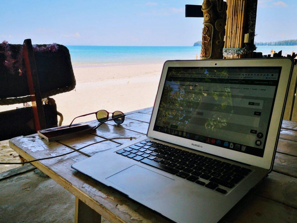 lavoro computer in spiaggia