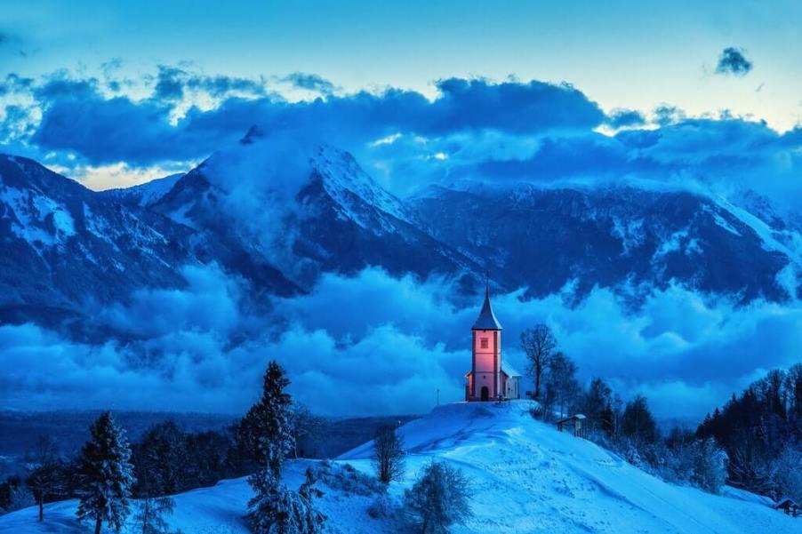 Foto di paesaggio invernale innevato con chiesetta