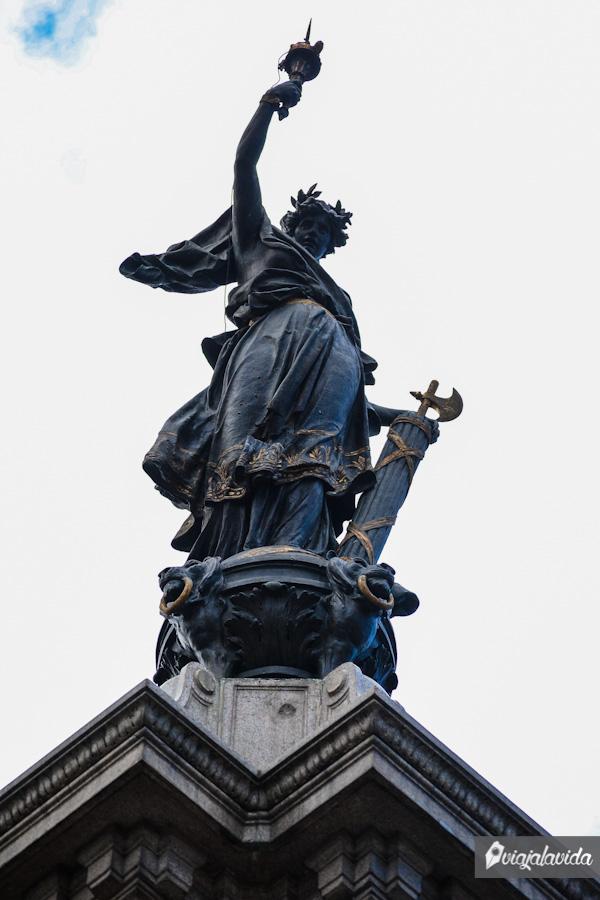 Dedicado a los próceres de la independencia ecuatoriana.