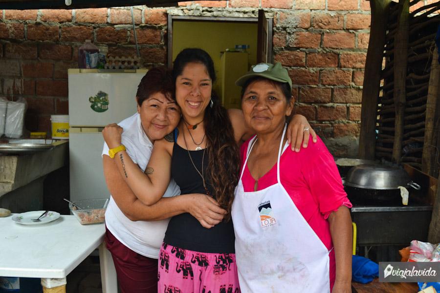 """Andrea con las maestras de la cocina: Janet y """"La Prima""""."""