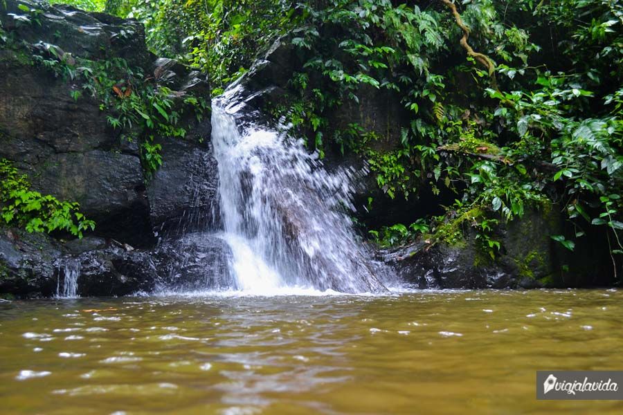 Primera cascada. Hay gente que bebe delicadamente de su agua