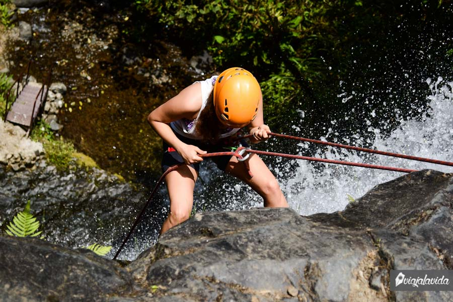 Bajando en cuerda por la cascada