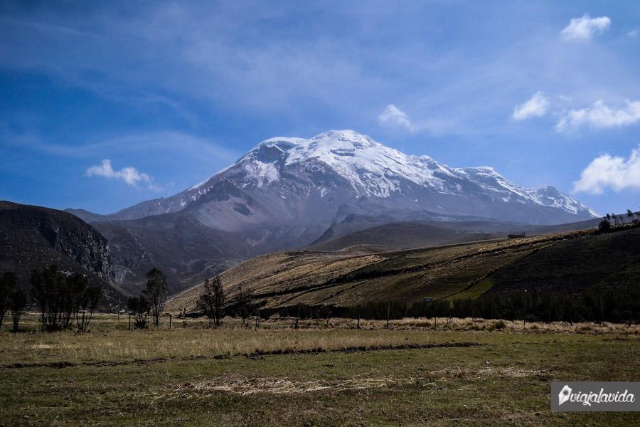 Campo con volcán al fondo
