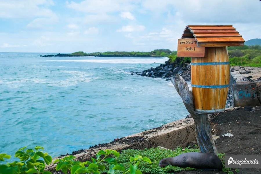 barril buzón frente al mar en Floreana