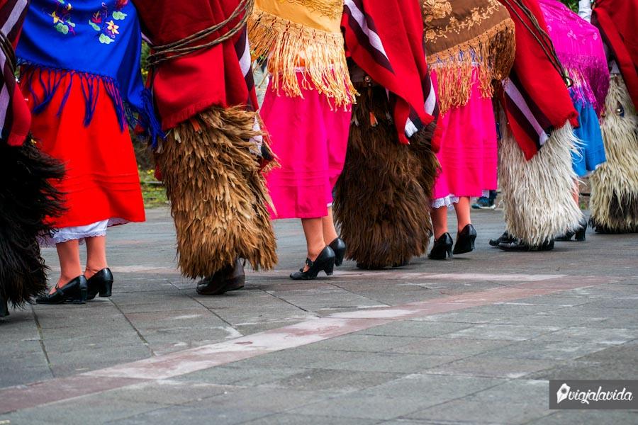 personas bailando con sus trajes típicos