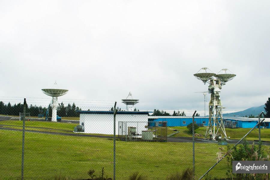 Estación espacial en medio de las montañas