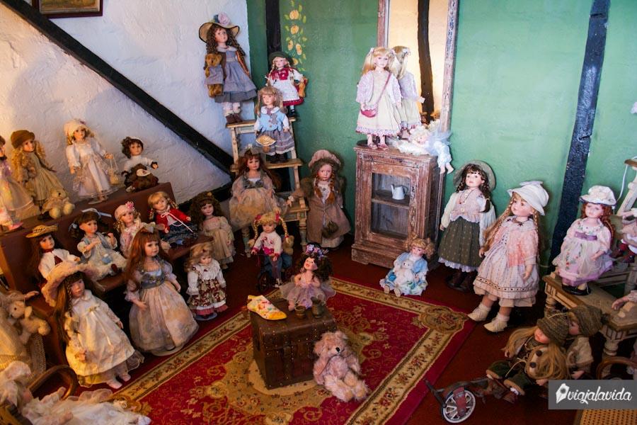 Muñecas de porcelana antiguas de colección , colocadas en un cuarto