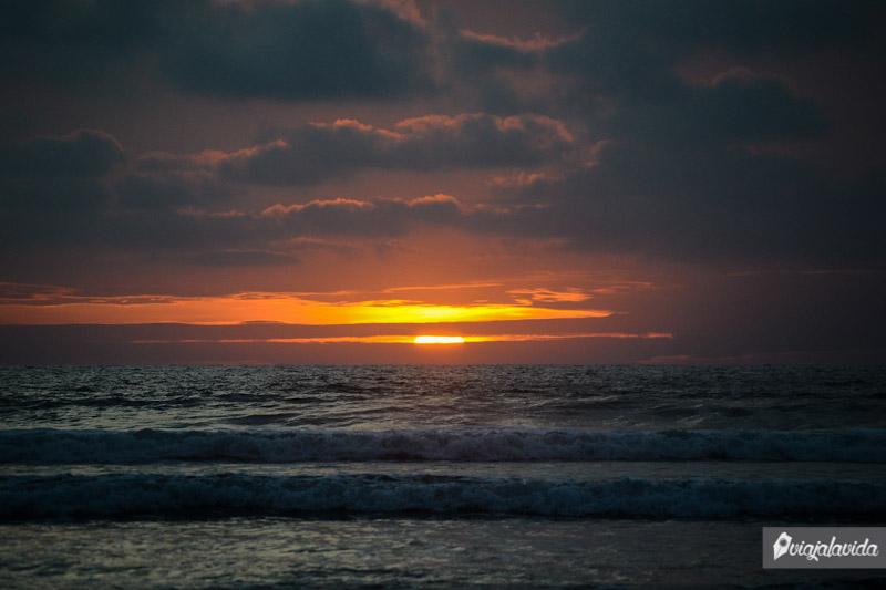 Caída de sol en la playa de Olón, Costa de Ecuador.