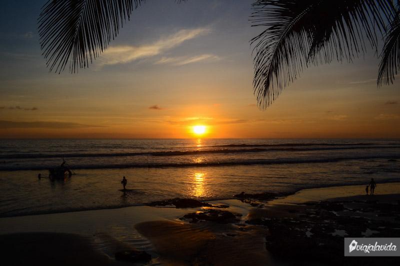 Sol ocultándose en el mar de la Costa ecuatoriana.
