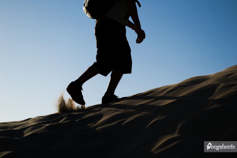 Subiendo una duna en el desierto de Huacachina.