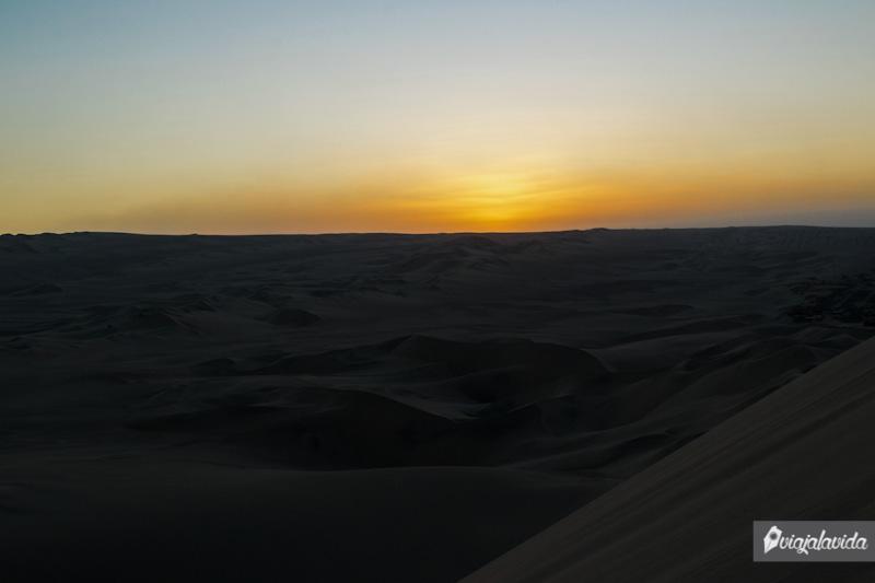 Sol cayendo en el desierto.